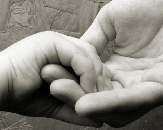 mains-enfant-bleu